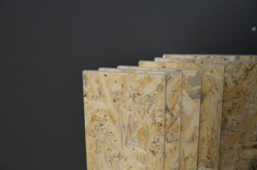 DIYで作った壁にホームセンターでカットしたOSBボードで棚を作ります。