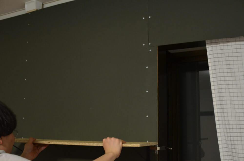 DIYで作った壁に棚を取り付けます。