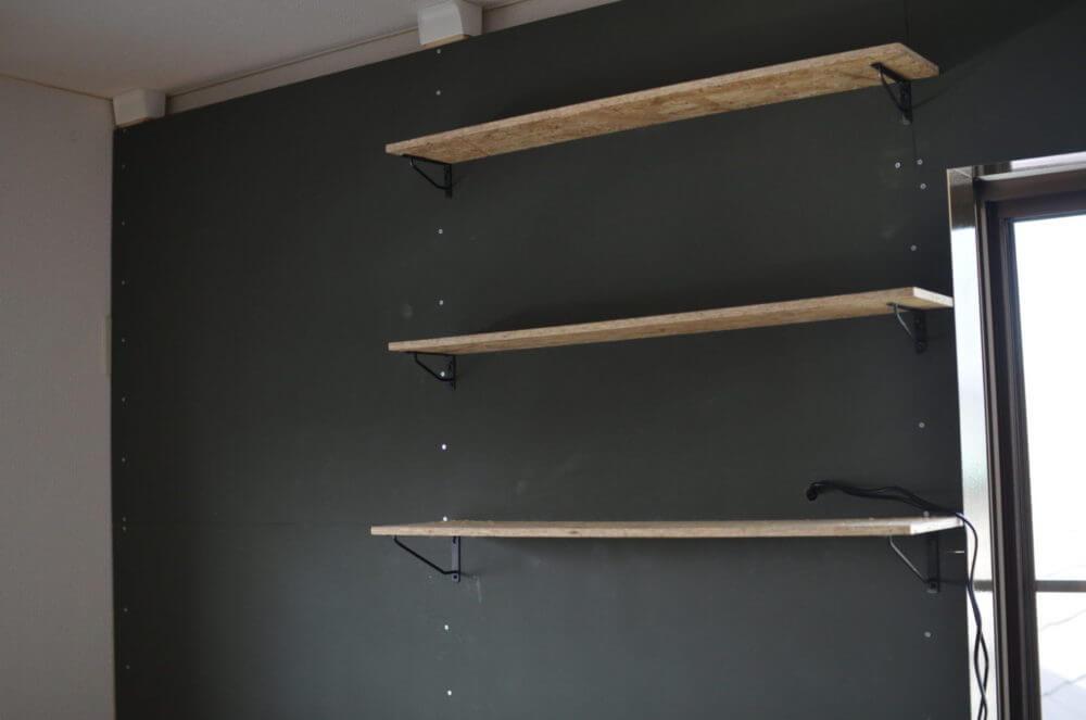 DIYで作った壁の片面に棚がつきました。