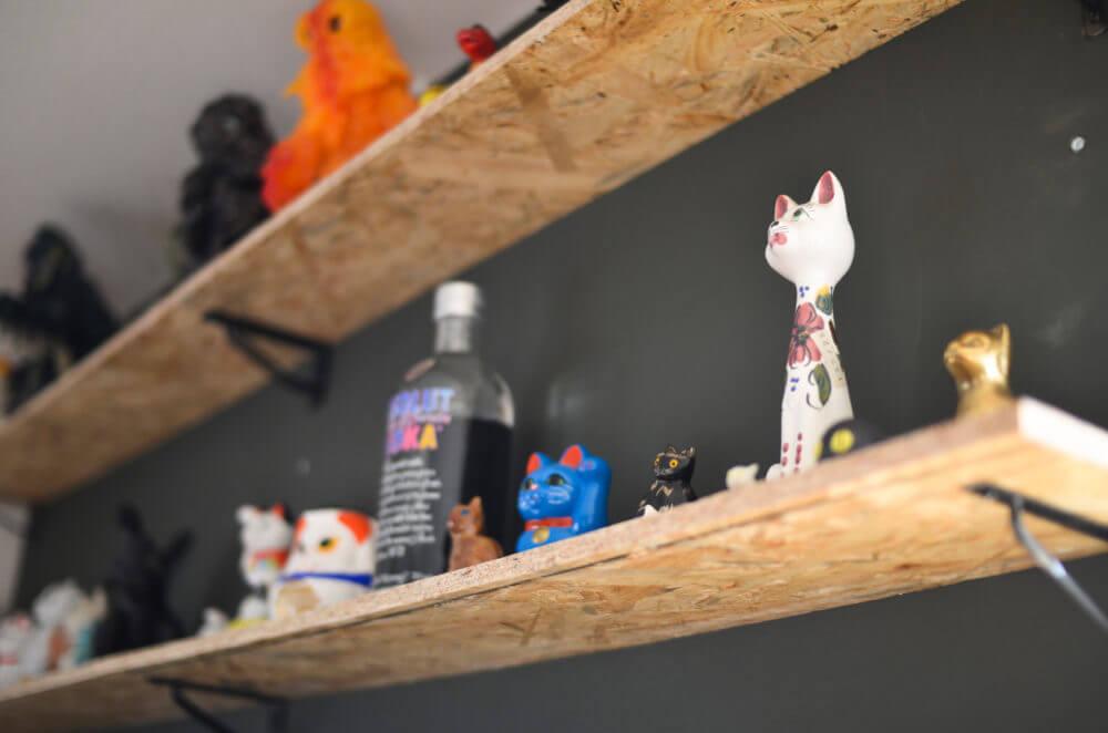 DIYで作った壁に飾り棚をつけて、世界の猫を飾りました。