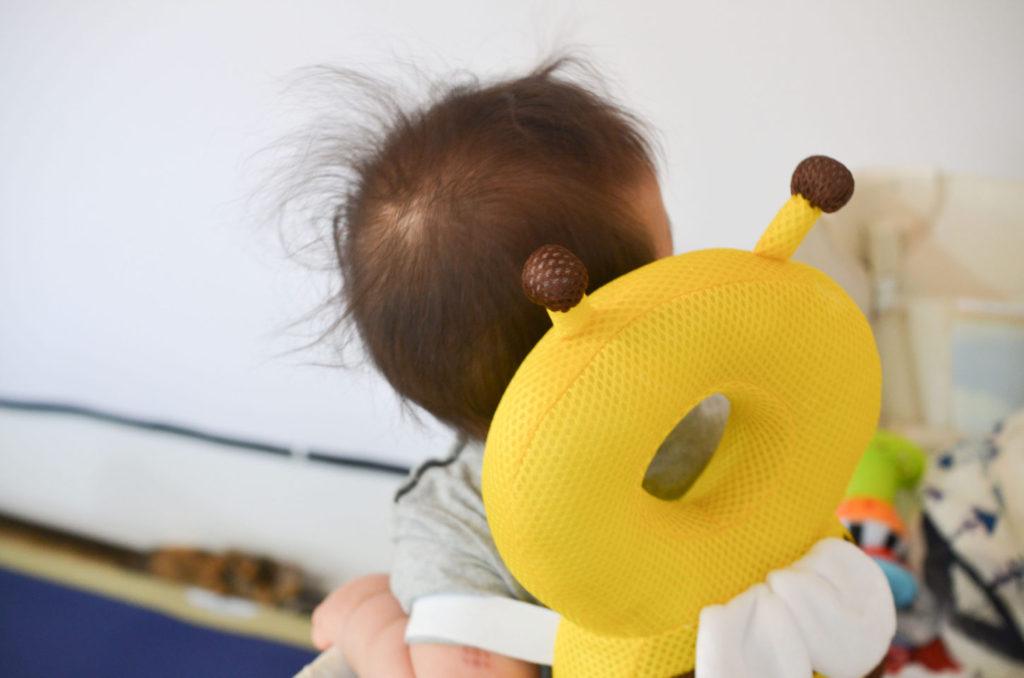 ミツバチの転倒防止リュック、ベビーヘッドガードを背負う7ヶ月の娘。