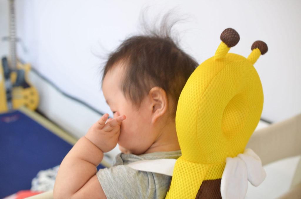 ミツバチの転倒防止リュックを背負う7ヶ月の娘、トコちゃん。