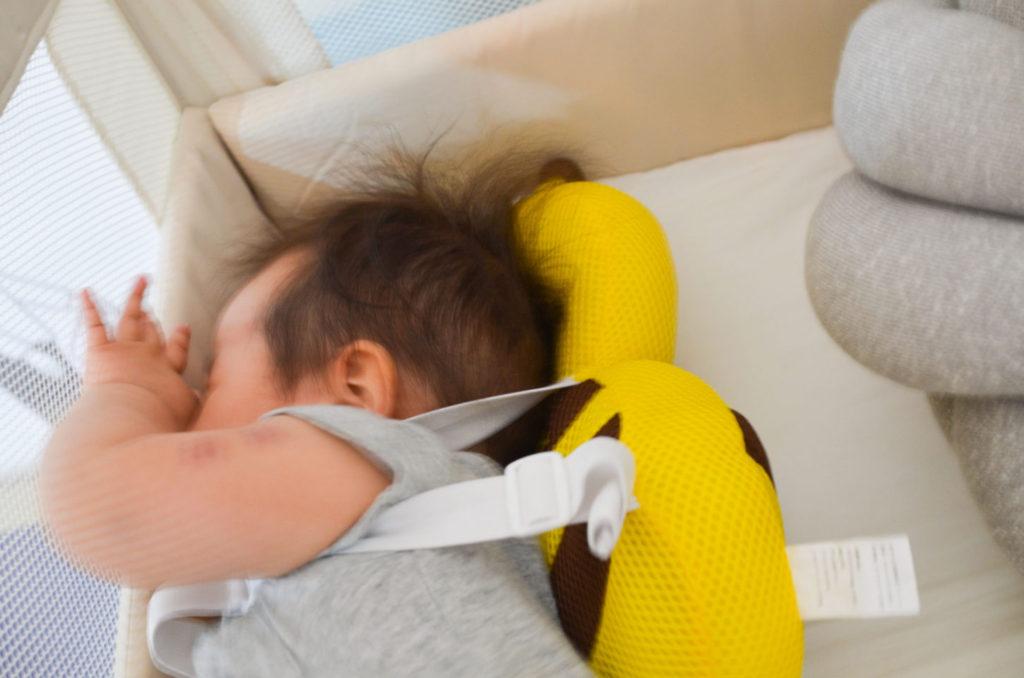 転倒防止リュック、ベビーヘッドガードを背負って転倒した娘。