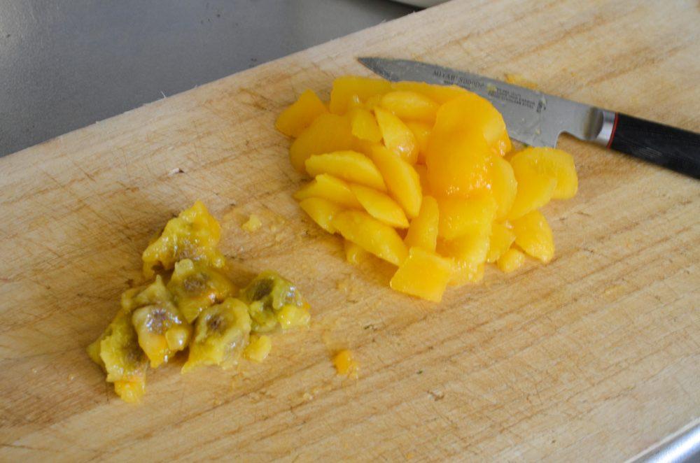 小さなナイフで梅の実とタネを分ける。