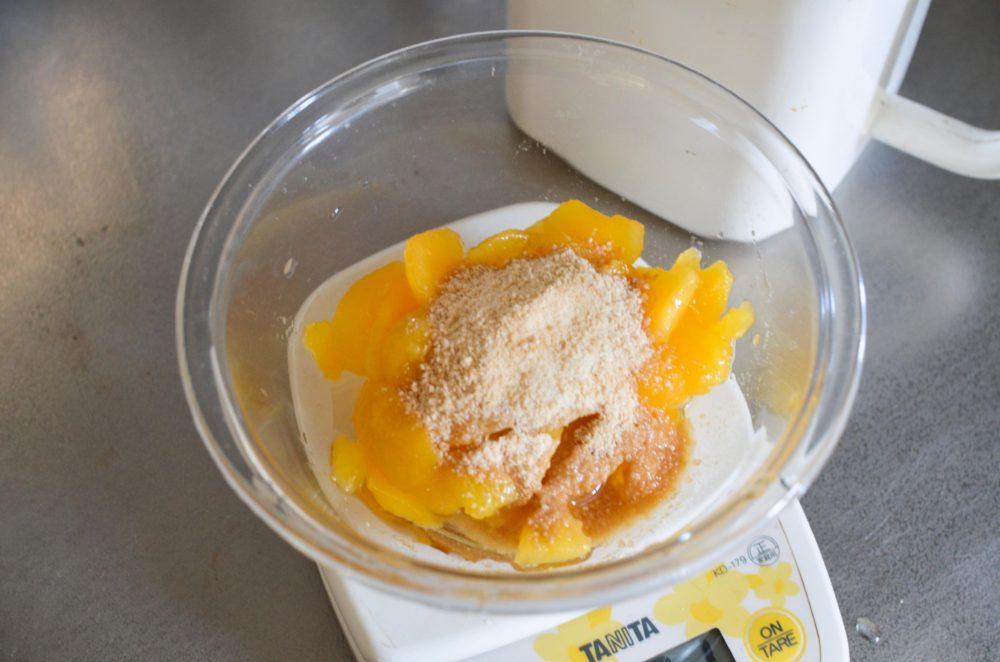 耐熱容器に梅のみと分量の砂糖を入れる。