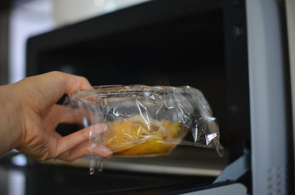 耐熱容器にラップをして、梅、砂糖、水をレンジで加熱する。