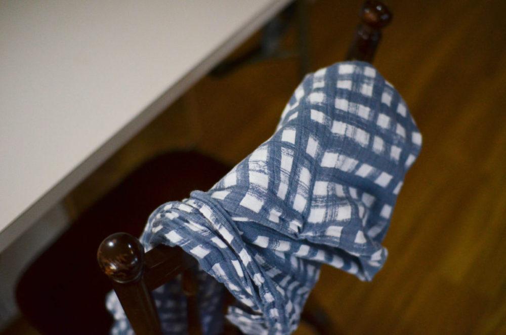 エイデンアンドアネイのおくるみを椅子の背にかけて。