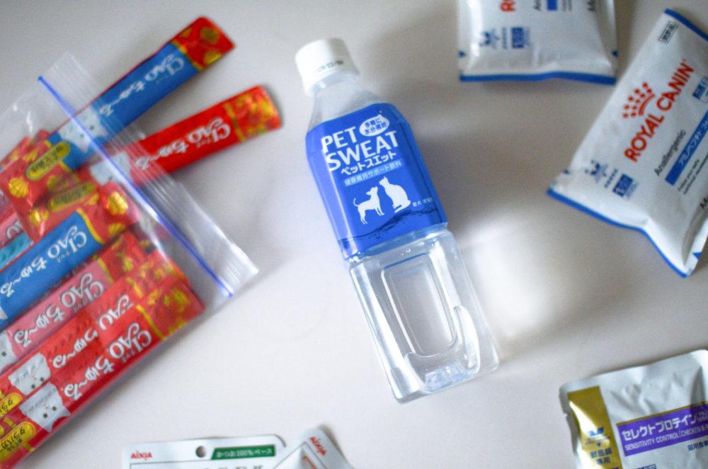 災害時の愛猫の水分補給に備え、ペットボトル飲料やちゅーるを用意。