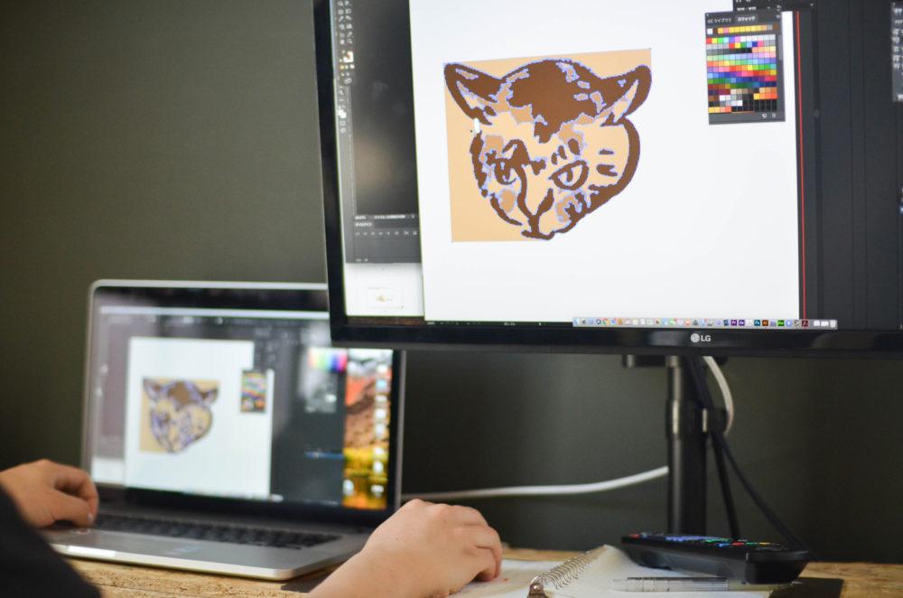 愛猫、パッタイのイラストを刺繍化するためにパソコンで調整する夫。