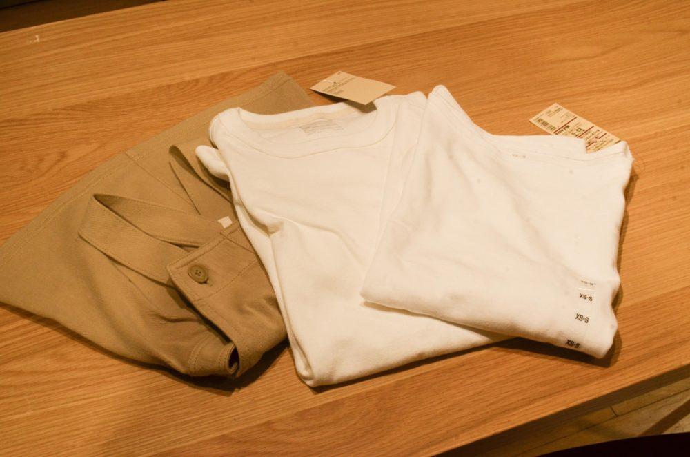 無印良品で会計をした夫と私の白Tシャツと娘のサロペット。