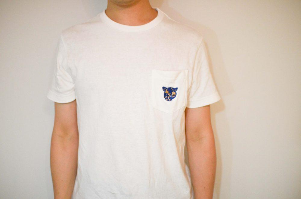 愛猫のオリジナル刺繍を入れた無印の白いポケットTシャツ。