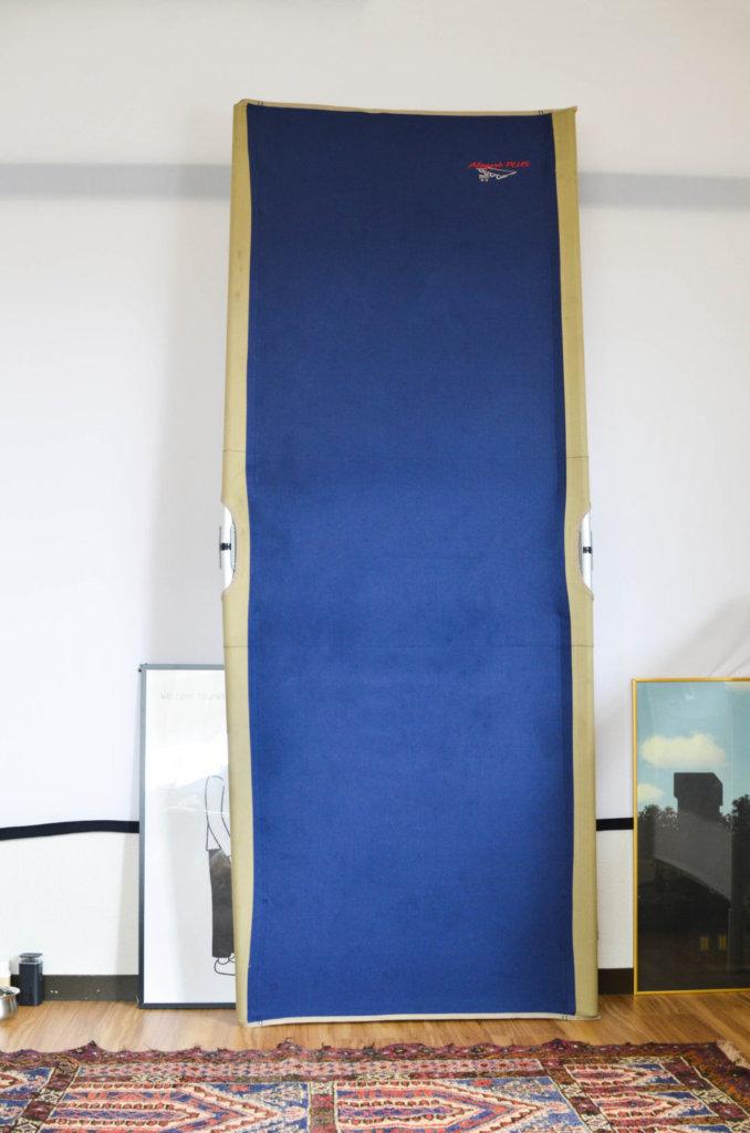壁に立てかけたバイヤー・オブ・メインのコット。