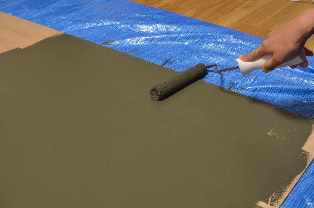 ベニヤに黒板塗料をローラーで塗る。