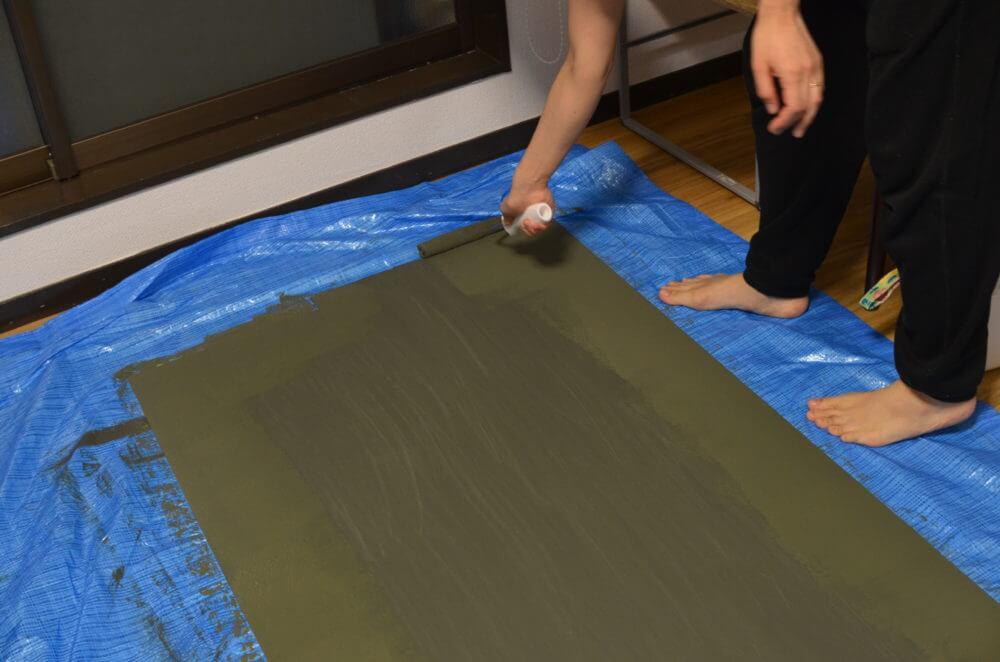 ベニヤに黒板塗料を2度塗りする。