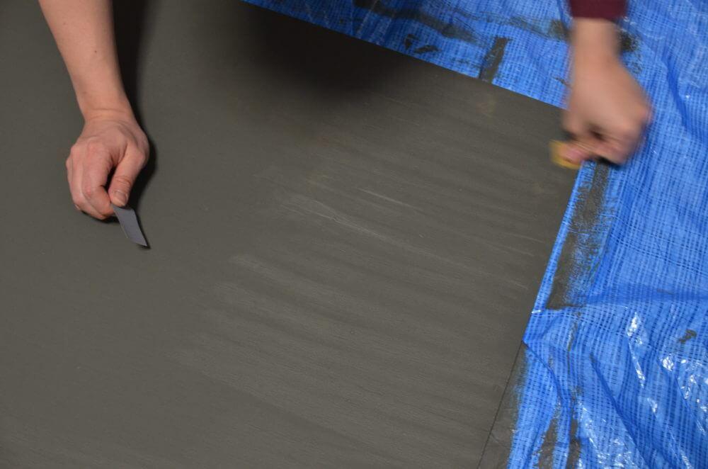 ベニヤに塗装した上からヤスリがけをして滑らかにする。
