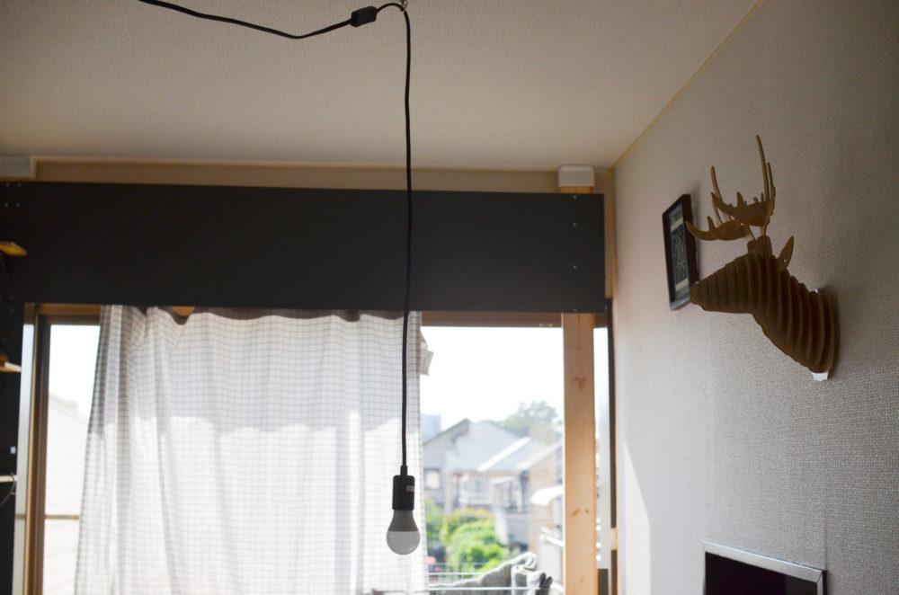 ダクトレールから吊り下げ照明器具を伸ばしてダイニングテーブルの上に垂らした。