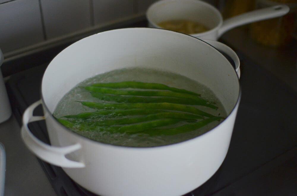大鍋にお湯を沸かし、青菜から、根菜、タンパク質の順に茹でる。