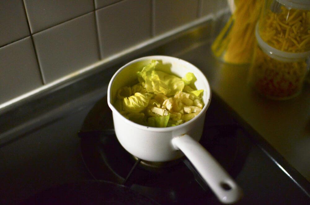 水道のお湯で油抜きをした油揚げを味噌汁に使用。