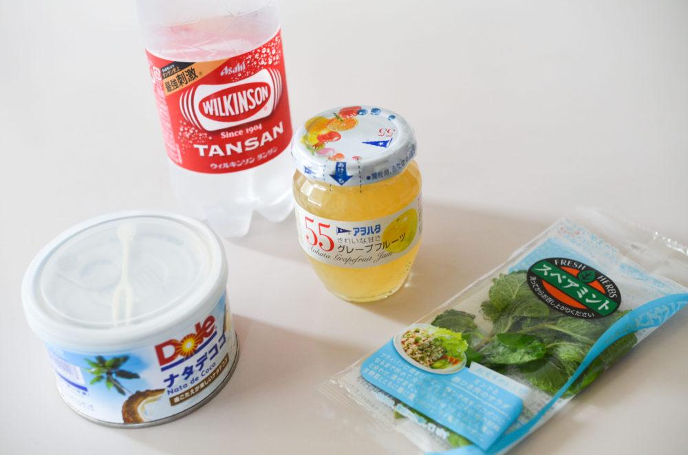 アイスのアレンジに使う、炭酸水、ジャム、ナタデココ、ミント。