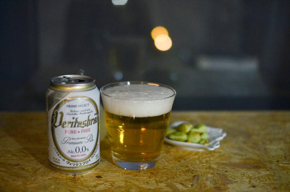 ノンアルコールのヴェリタスブロイを注いだグラスと缶