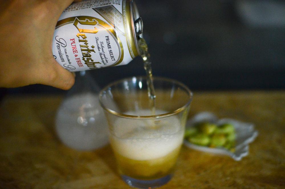 ノンアルコールのヴェリタスブロイをグラスに注ぐと、豊かな泡立ち。