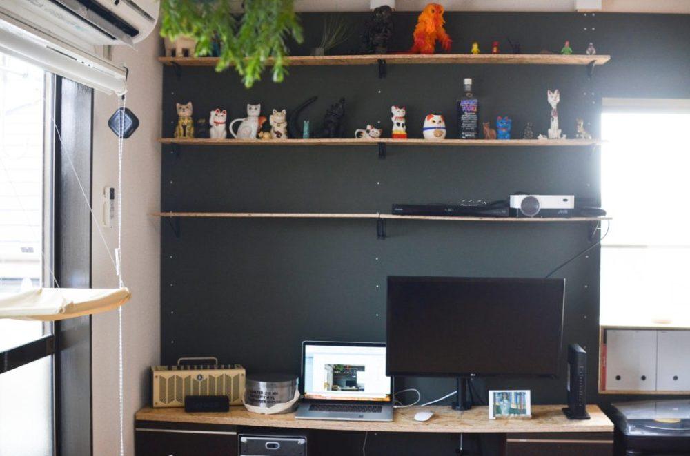 賃貸に作りつけた棚とデスク。