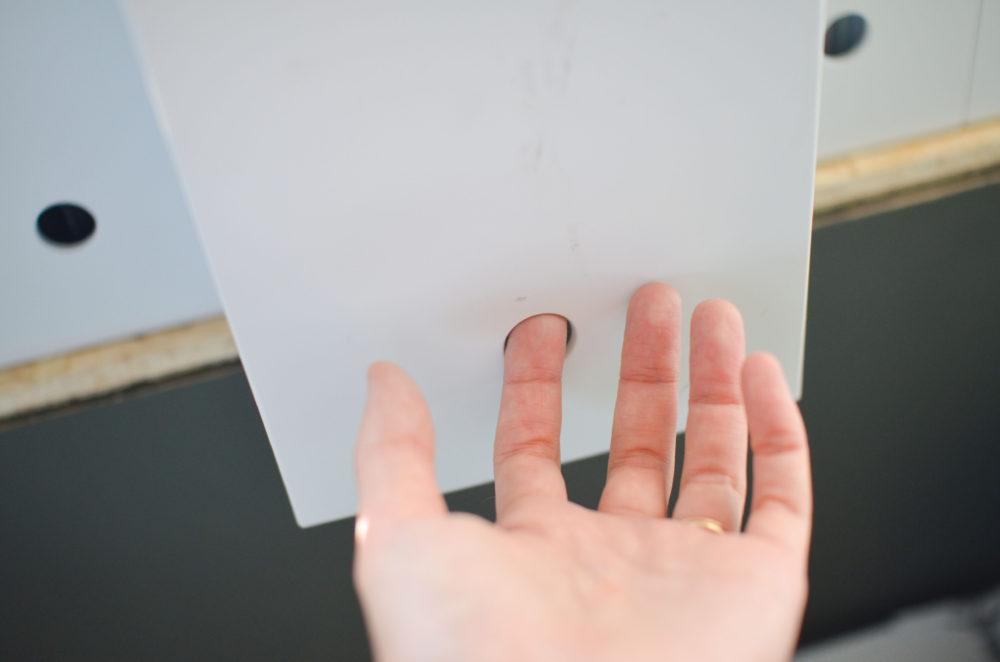 無印良品のファイルボックスの穴に指を入れて引き出すところ。