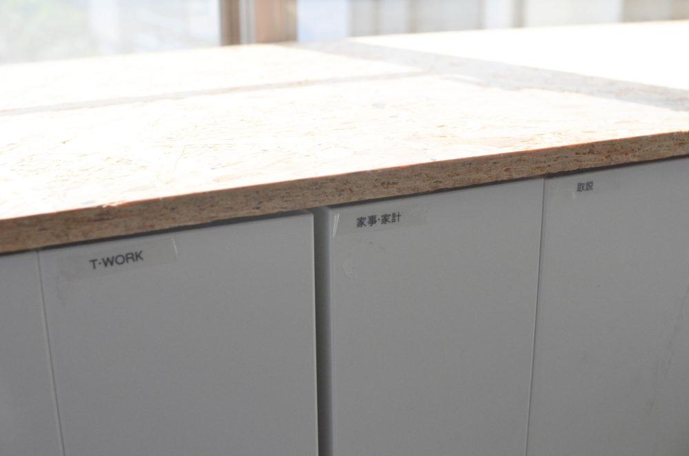 無印のファイルボックスがシンデレラフィットの棚。