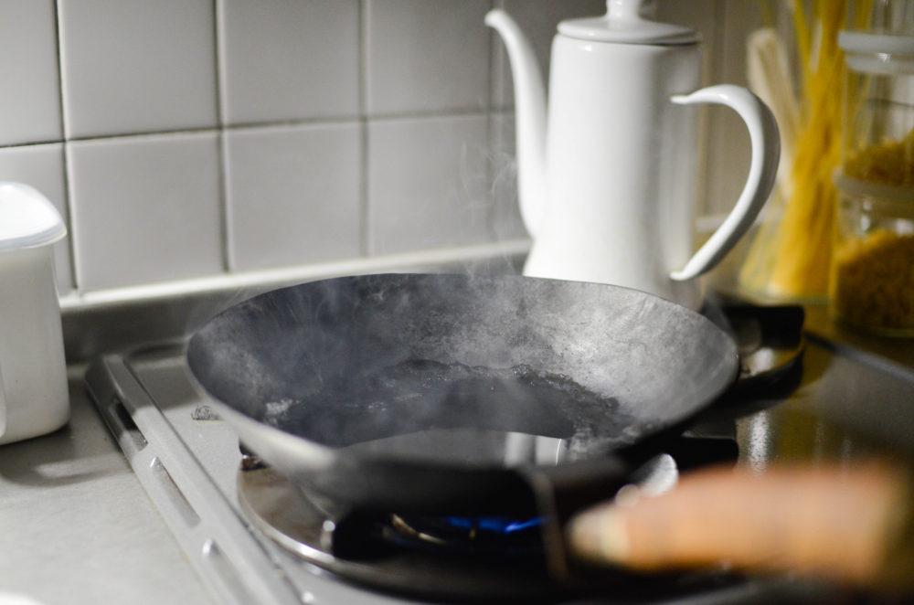 牛脂を溶かして火にかけ、フライパンを煙が出るまで温める。