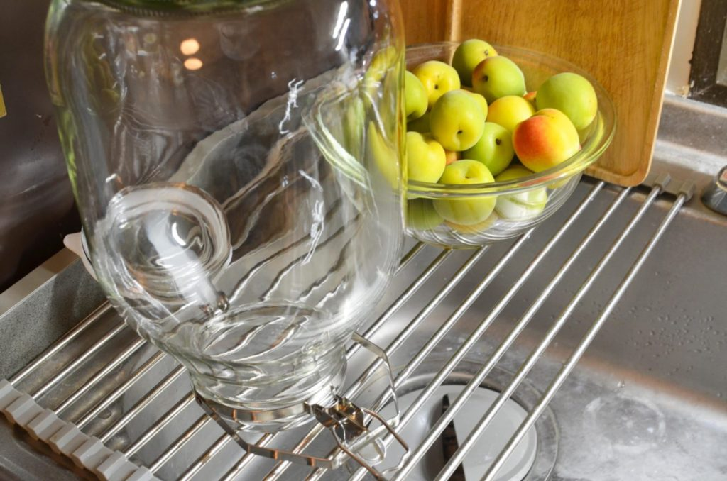 梅酒を漬けるセラーメイトの密閉瓶は、煮沸消毒して水気が残らないようにしておきます。