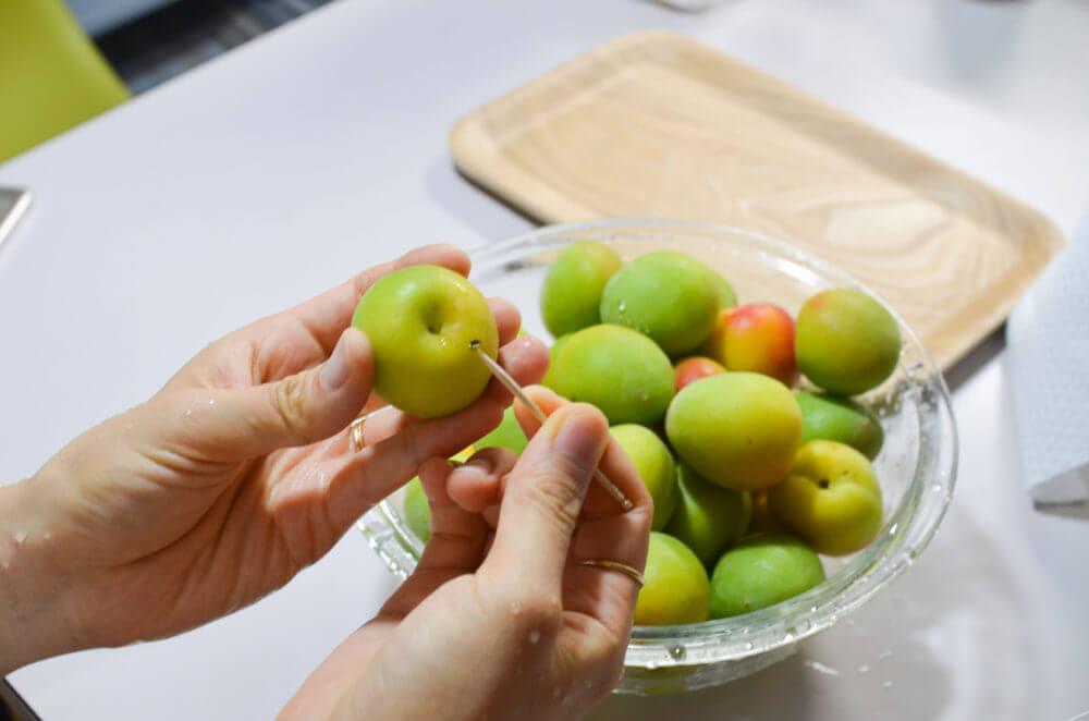 梅のなり口を爪楊枝でひとつづ取っていきます。