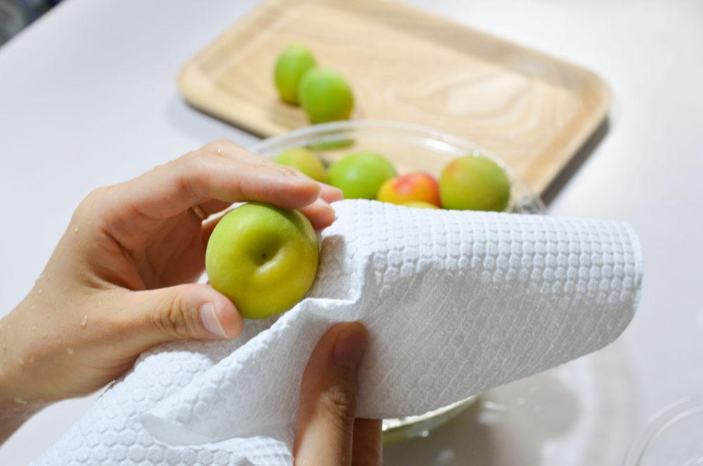 梅に水分が残らないように、清潔なキッチンペーパーで丁寧に拭いていきます。