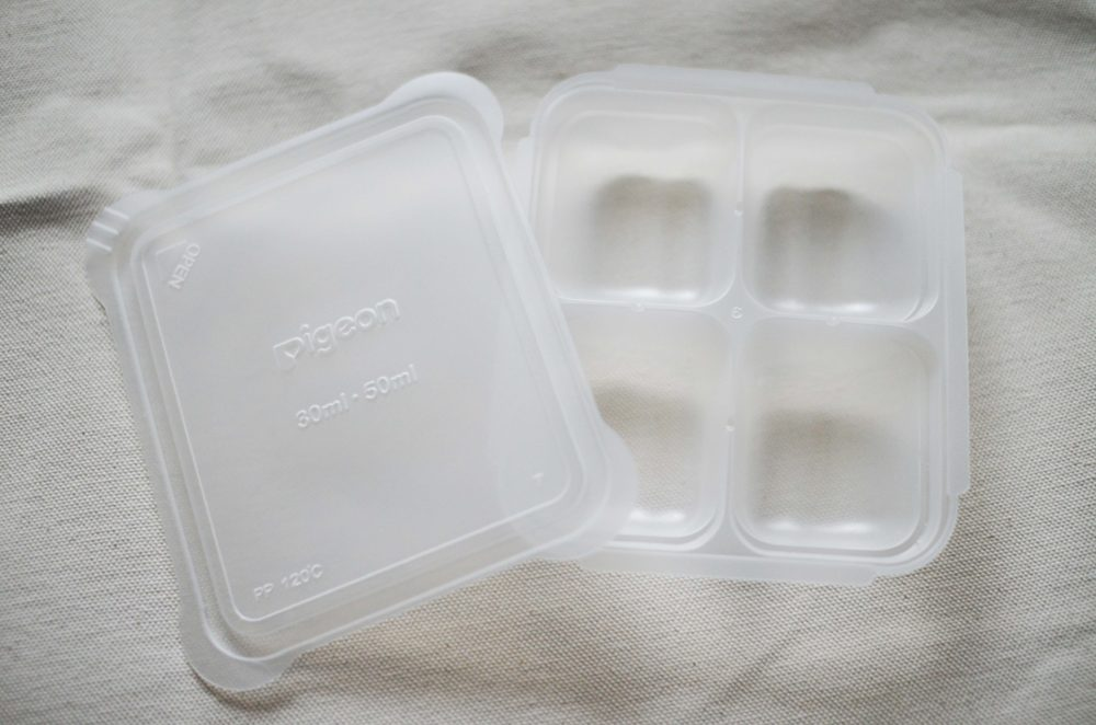 プラの仕切りタイプの離乳食冷凍保存容器。