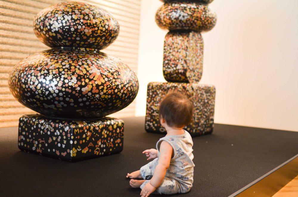 東京都現代美術館のレストラン「100本のスプーン」のキッズスペースは参加型の現代アートが置いてある。
