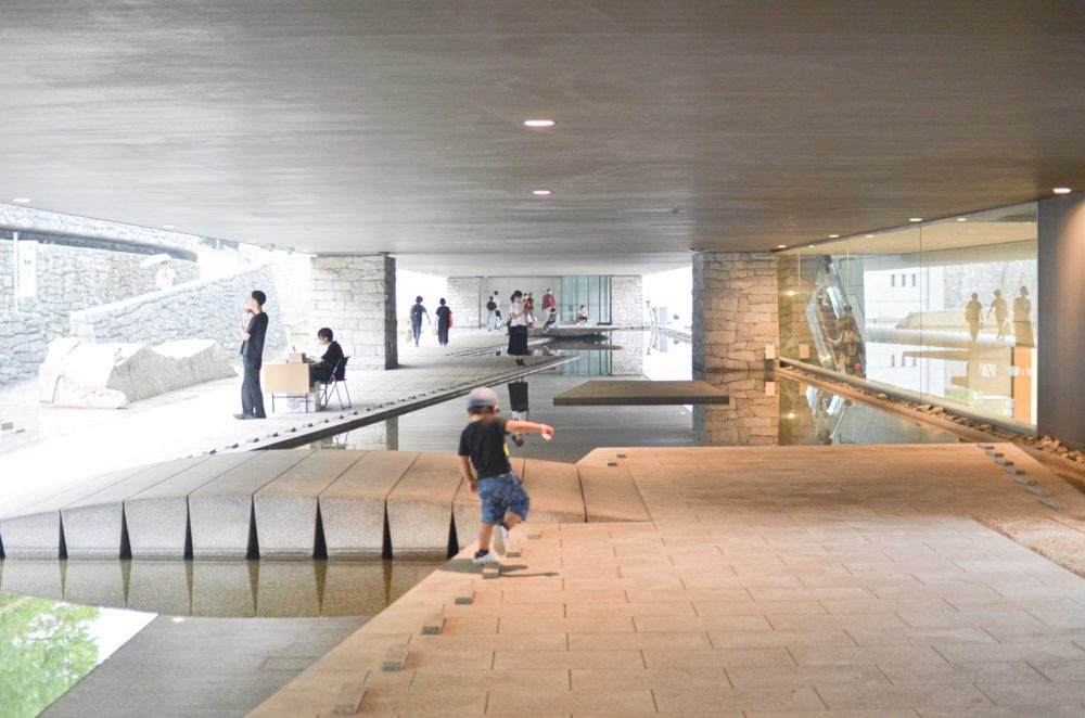東京都現代美術館の地下に続くスロープ。