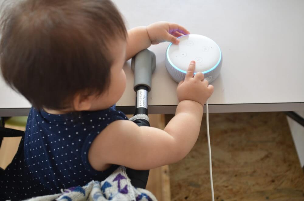 Amazon Echoに興味津々の娘。
