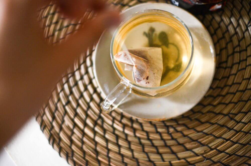 カルディのシナモンティーのティーバッグでお茶を入れているところ。