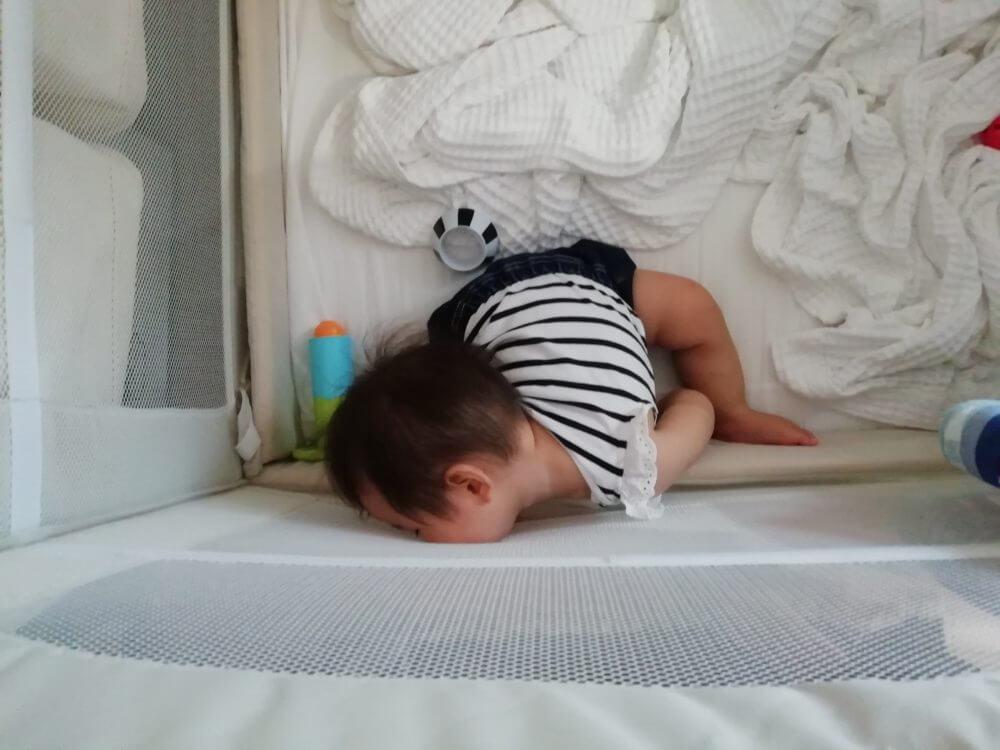 泣き疲れて眠る娘。