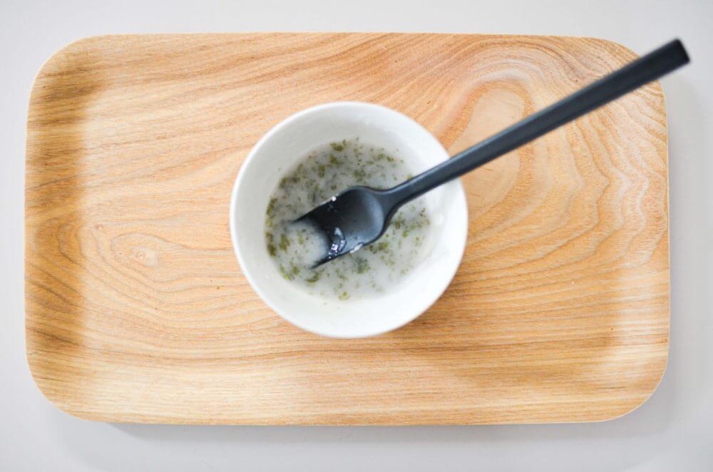 ふやかした海苔を入れてよく混ぜたおかゆ。