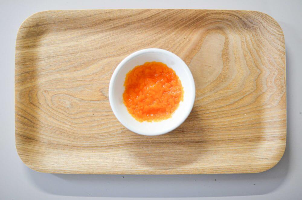 人参をラップに包んでレンジで加熱し、コップの底で潰してなめらかにしたもの。