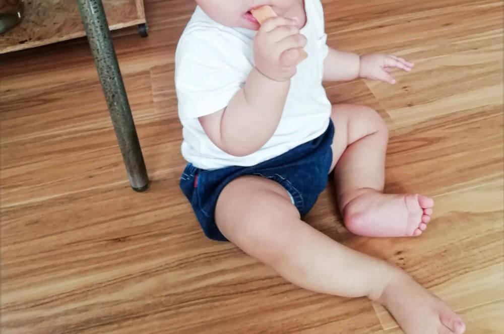 ビスケットを噛む赤ちゃん