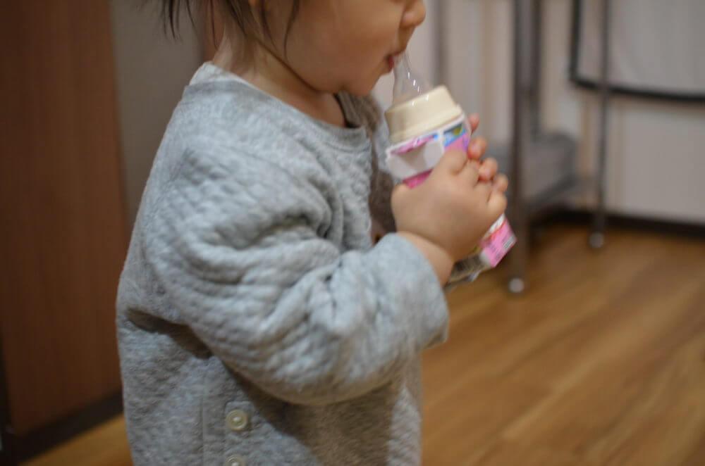 「チュチュ 紙パック用乳首」を使ってミルクを飲む赤ちゃん